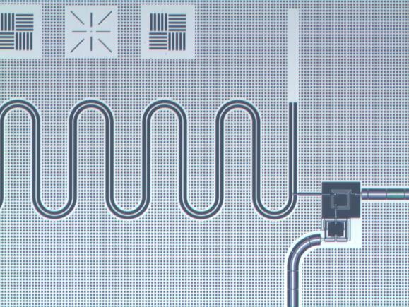 量子计算新进展:研究人员利用超导体光陷阱 在芯片上捕获并释放了光子