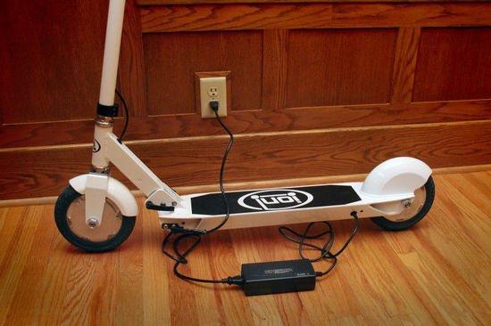 """作为我们常用的代步工具,智能自行车、智能轮滑鞋早已不是什么新鲜玩意儿。不过,还记得儿时小伙伴们一起在街头巷尾玩耍的滑板车吗?近期,它也和""""智能""""俩字沾上边儿了。当然,这次它不是儿童玩具。Ion SmartScooter是一款站立式电动滑板车,小巧轻盈、便于折叠,非常适合用户在公交或地铁上携带。 本文引用地址:"""