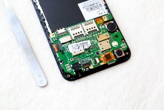 拆机最重要的部分还在于拆手机的主板,拆主板本身就比较难,你不仅需要小心翼翼还需要具备一定的硬件知识,所以对于一般玩家来说我还是不建议大家把自己的手机给拆了! 在拆主板之前需要先用螺丝刀将主板上的螺丝全部拧下,国民手机的主板主要被2颗螺丝所固定,螺丝的规格和后盖上的螺丝是一样的,总体上主板固定得还算比较稳固!
