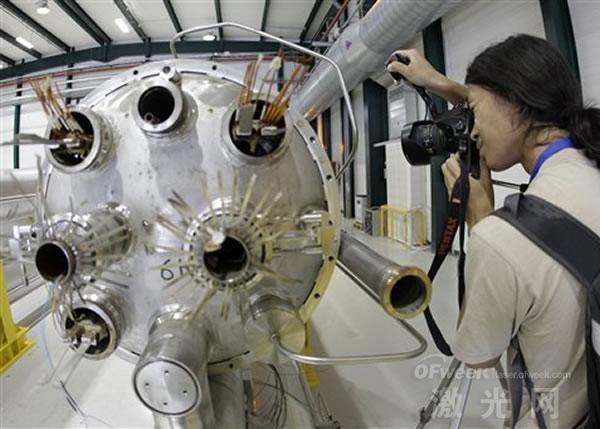 大型强子对撞机再起航:发射两束粒子激光