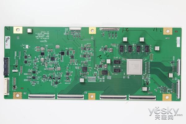 卸下散热片的屏驱动逻辑板   这块LG的逻辑板型号是LC55OLQD-GHP5,设计日期是2015年4月13日。我们可以看到上面采用的芯片是LG Display的,型号是LG5322A2,显存芯片是Skhynix(海力士)的5tq2g63ffr。