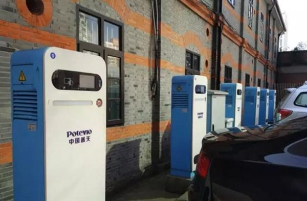 位于上海交通大学校园内的充电桩   新国标将要求车企做较大更改   由于前期没有可以参照实施的国标,各家车厂都建立了自己的企业充电标准。   国内充电标准目前主要有两种,一种采用名为CCS联合充电系统(Combined Charging System)的欧式标准,国内的北汽E150EV、腾势、之诺1E、长安逸动EV及宝马在内地上市的纯电动汽车i3等车型属于这一阵营。   另一种是国标GB/T20234,规定了七针交流和九针直流接口的标准。   目前这两种标准的新能源汽车都不需要做硬件改动,可以实现基