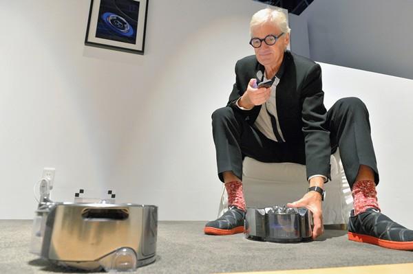 戴森公司创始人兼董事长詹姆斯·戴森在东京展示机器人吸尘器
