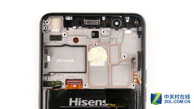 主板背部的防滚架可以起到辅助散热的作用,SIM卡托位置有密封垫密封。
