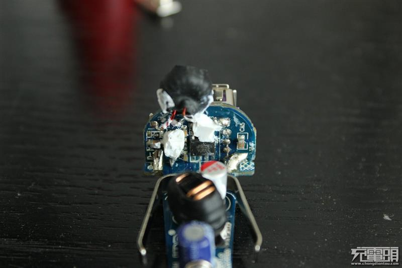 绿巨能小火箭七合一双口QC3.0车充拆解