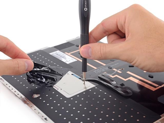 扯下保护胶袋,这里是触摸板的位置,有螺丝固定。
