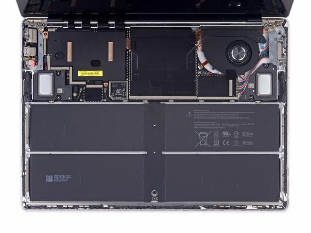 将键盘拆下后,Surface Laptop就像这样,电池占据了一半的空间,主板部分和散热器部分已经清晰可见了。