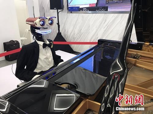 资料图:会弹钢琴的机器人。中新网 吴涛 摄