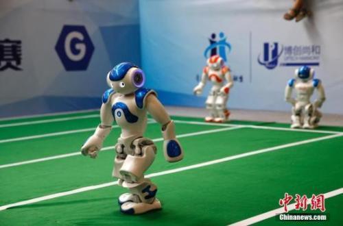 资料图:2017世界机器人大会上,机器人接力赛吸引了观众的目光。 中新社记者 刘关关 摄