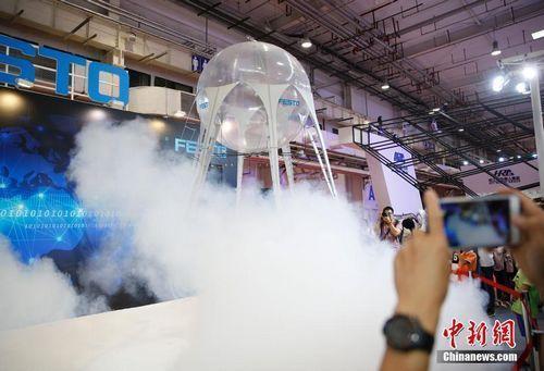 资料图:2017世界机器博览会上仿生水母吸引了观众的目光。 中新社记者 刘关关 摄