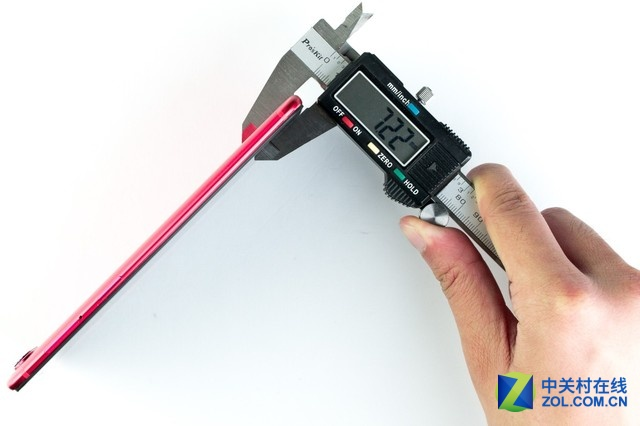 我们实测的机身厚度为7.22mm,官方数据为7.1mm,与竞争对手比也算十分轻薄了。