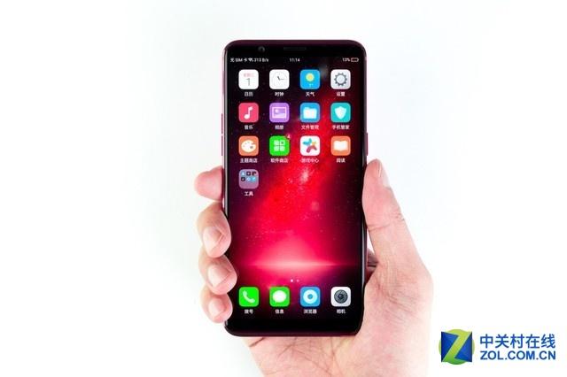 我们拿到的R11s是红色版本,所以采用了星幕屏的ID设计,其实就是在屏幕玻璃的顶部和底部增加了一片红色点阵花纹来与背壳呼应,的确视觉上能够给人前后协调的感受。