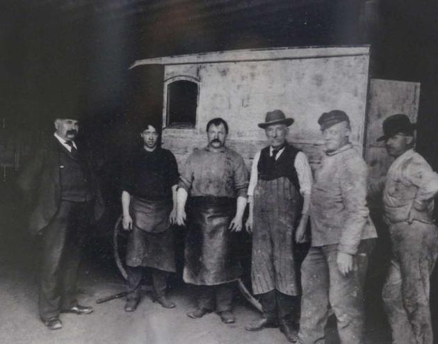 1902年,奥克兰的George V. Arth & Son汽车修理厂,站在最左边的便是创始人乔治·阿特。