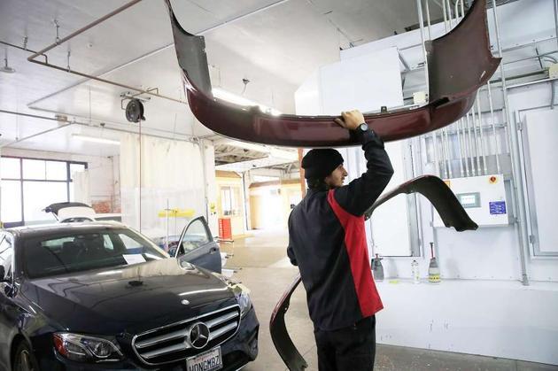 奥克兰的George V. Arth & Son汽车修理厂,技工朱利奥·绍塞多正在工作。