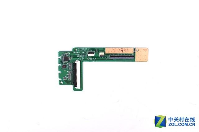 一块小小的电路板将键盘排线、键盘背光排线、触控板排线融合到了一起。
