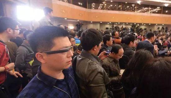 """从谷歌眼镜到人工智能 两会报道""""黑科技""""的五年演变!"""