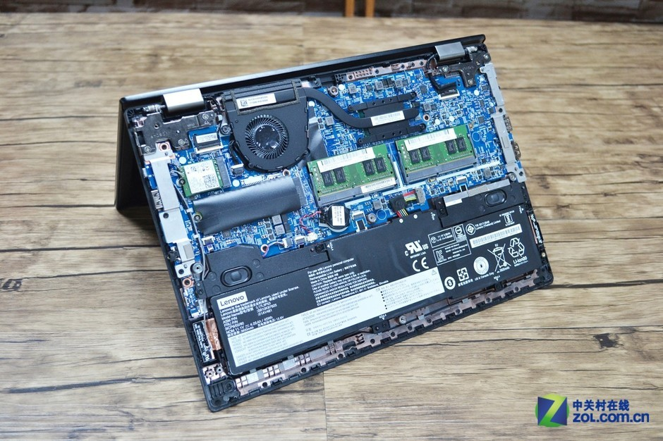 主板在上、电池在下,非常常规、合理的设计