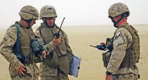 摩托罗拉军刀对讲机拆解评测,美国大兵的装备