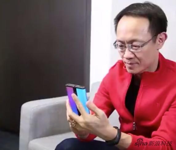 小米林斌上手小米首款双折叠屏手机:可双向弯曲