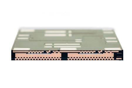 通过芯片嵌入式工艺,功率MOSFET将不再焊接到电路板上,而是集成在电路板中。这大大提高了功率密度,并提升了系统可靠性。.jpg