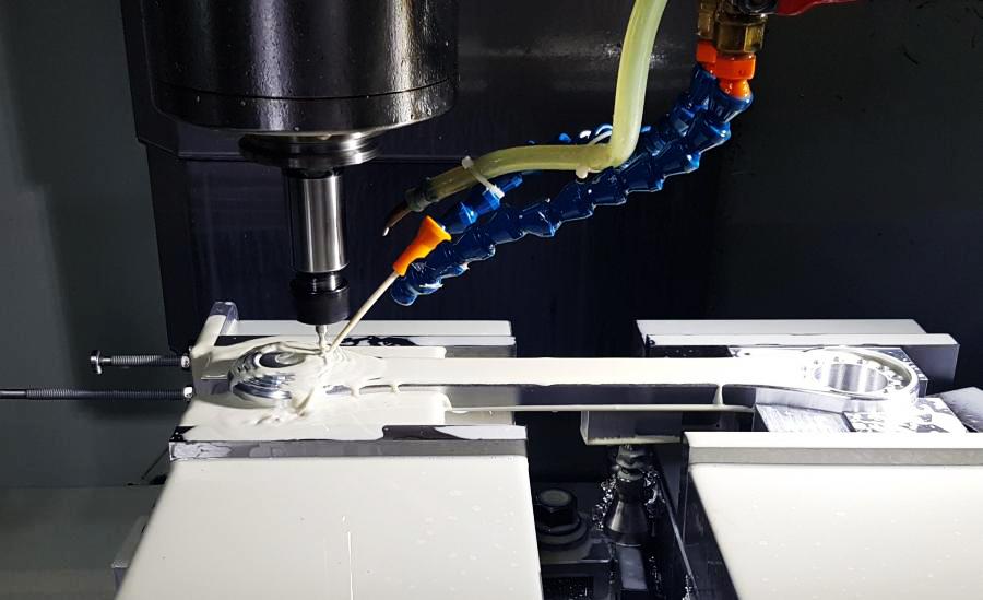 IDC's Hurco CNC进行不锈钢部件加工.jpg