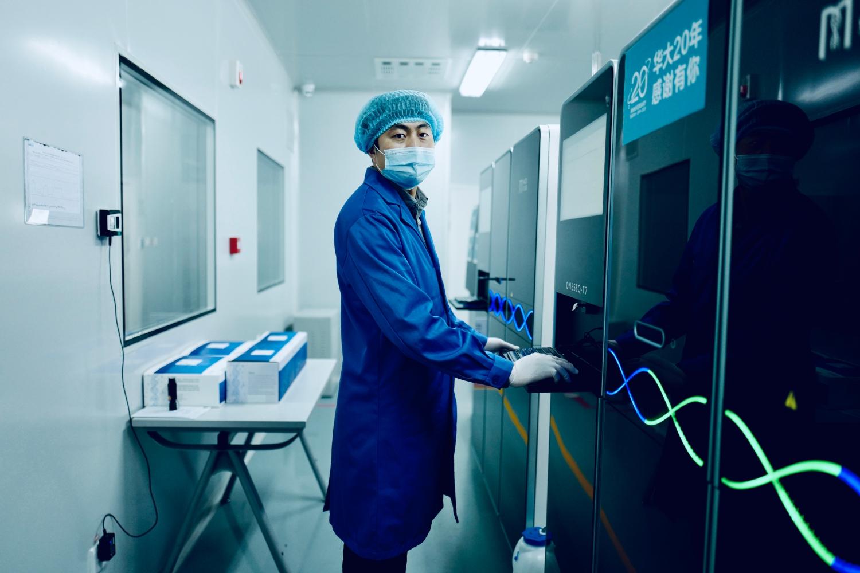 实验人员正在操作华大DNBSEQ-T7测序仪.png