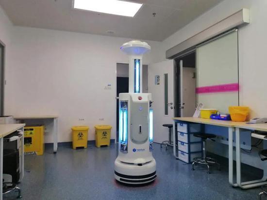 消毒机器人在工作
