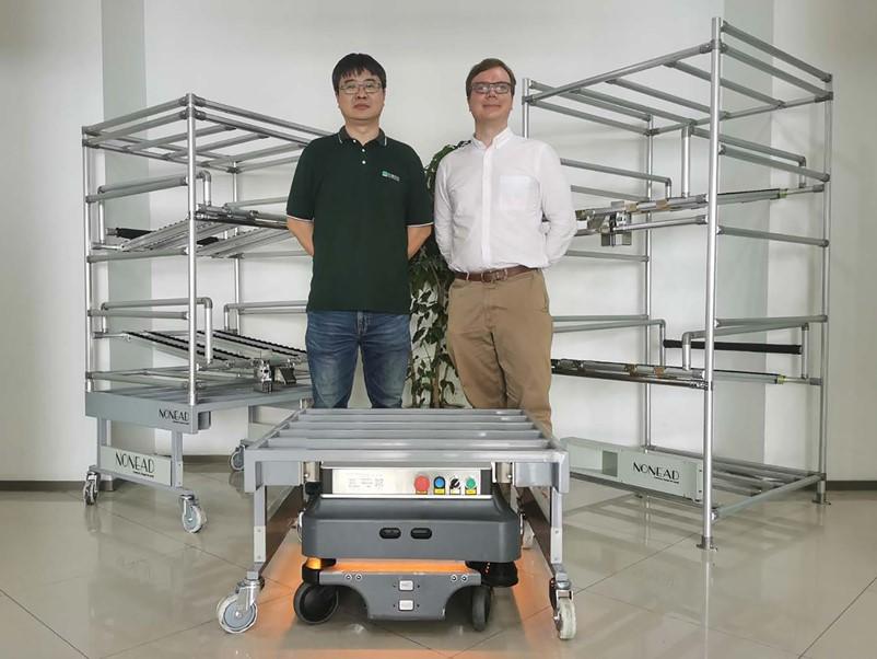 右:MiR移动机器人中国区总监袁亿米(Emil Hauch Jensen) 左:拓德科技项目经理柯杨.jpg