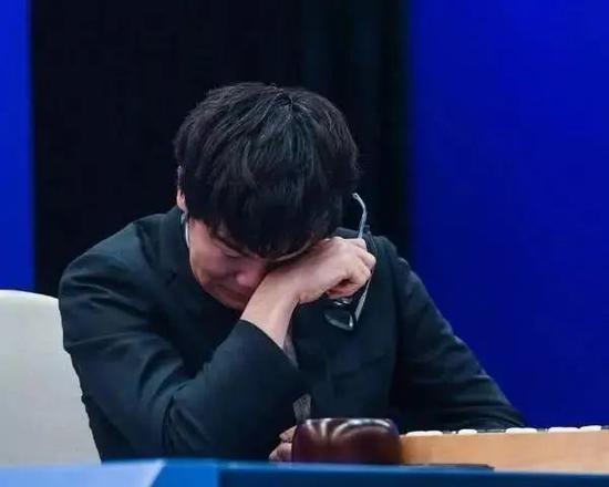 柯洁在与阿尔法狗的对弈中痛哭