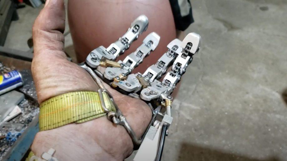 这只机械手太硬核!失去手指的机械工程师独立打造,网友:赛博朋