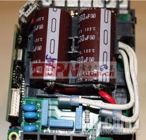 图2,直流链路(或直流总线滤波器)包括一个串联电感,以及与相关MKP型电容并联的两只滤波电容,它串接到主电源上。