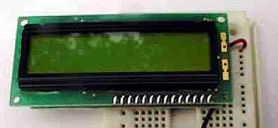 个典型的液晶显示屏,将液晶显示屏插在面包板上,便于和其他芯片连接
