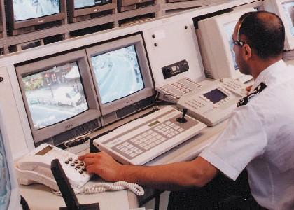 面部识别软件能够找出拥挤人群中的犯罪分子,将茫茫人海变作一个大型的嫌犯辨认队列。