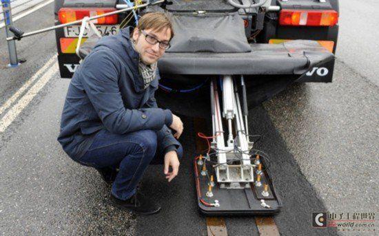 沃尔沃已在瑞典的 H llered 测试中心建立了一条 1/4 英里长的轨道,用一辆卡车进行测试。未来,当电动汽车需要充电时,必须安装无线发射器让道路感知,然后经过加密信号启动充电功能。由于对速度有要求,沃尔沃的这一充电系统适合在高速路上实行,如果未来成真,人们出远门的时候就不用担心电力问题。在瑞典,沃尔沃集团、瑞典电力公司 Alstom、瑞典能源局正在共同合作测试利用公路给电动汽车充电,通过将两个电源线铺设在公路上,电动车经过时便可获得电力供应。这项技术的核心在于汽车得搭载集电器,集电器与公路上的电缆